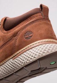 Timberland - CROSS MARK PT CHUKKA - Sneaker low - cognac - 5