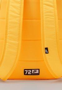 Nike Sportswear - HERITAGE 2.0 - Sac à dos - laser orange/white - 3