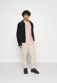 Karl Kani - SMALL SIGNATURE TEE UNISEX  - Print T-shirt - rose - 1