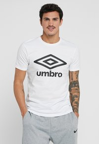Umbro - LARGE LOGO TEE - Triko spotiskem - white - 0