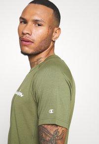 Champion - CREWNECK - T-shirt con stampa - khaki - 5