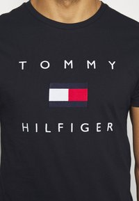 Tommy Hilfiger - FLAG TEE - Camiseta estampada - blue - 5