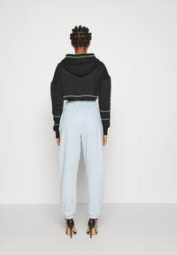 Missguided - PLAYBOY ZIP THROUGH CONTRAST STITCH CROP HOODY - Zip-up hoodie - black - 2
