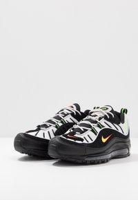 Nike Sportswear - AIR MAX 98 - Sneakersy niskie - platinum tint/black/electric green/bright crimson - 3