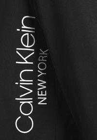 Calvin Klein - VERTICAL SIDE LOGO HOODIE - Felpa con cappuccio - black - 7