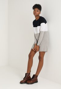 ONLY - ONLLILLO DRESS  - Abito in maglia - night sky/w. white melange/lgm - 1