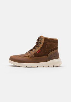 KICK 4 - Sneakers hoog - marron