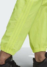 adidas Originals - R.Y.V. UTILITY 2-IN-1 TRACKSUIT BOTTOMS - Träningsbyxor - yellow - 4