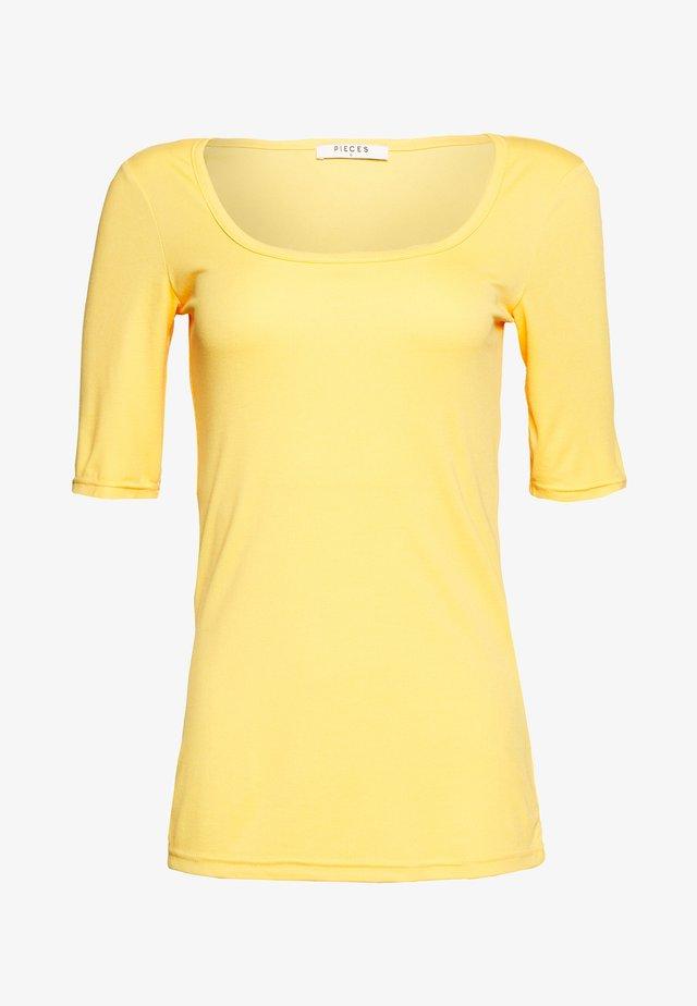 PCNUKITA SQUARED NECK - Basic T-shirt - artisans gold