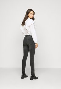 Vero Moda Petite - VMTANYA PIPING - Jeans Skinny Fit - dark grey denim - 2