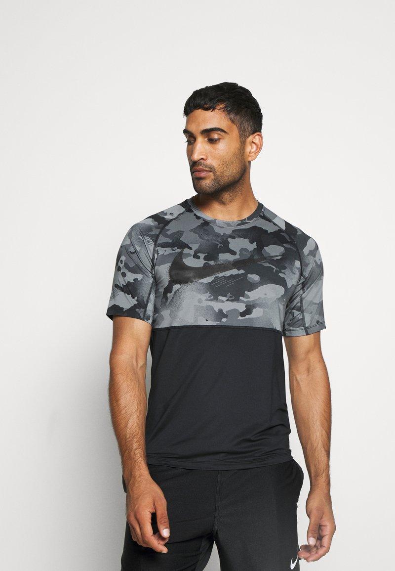 Nike Performance - SLIM CAMO - Camiseta estampada - black/grey fog