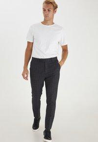 Casual Friday - PATRIK SMALL CHECKED PANTS - Trousers - navy blazer - 1