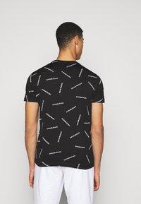 Emporio Armani - T-shirt imprimé - nero bianco - 2