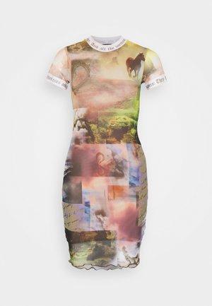 DRESS WITH CONTRAST FONT SCENIC PRINT - Pouzdrové šaty - multi coloured