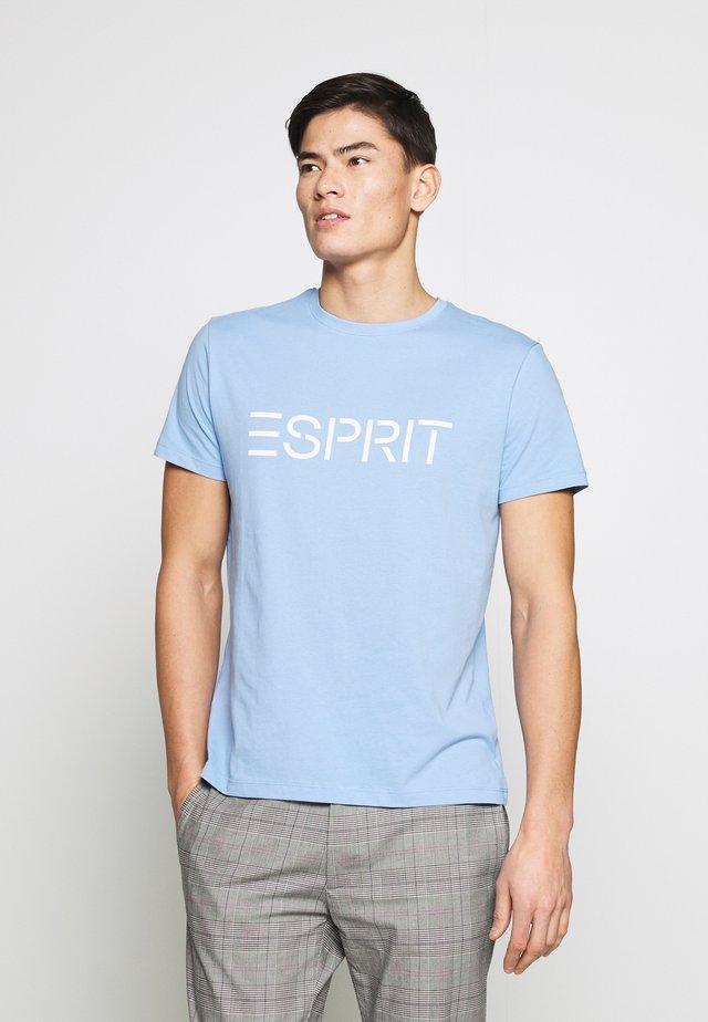 LOGO - T-shirt z nadrukiem - light blue