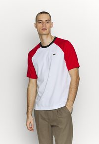 Lacoste LIVE - TH6185 - T-shirt con stampa - white/red/black - 0
