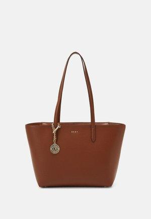 BRYANT BOX SUTTON - Handbag - caramel