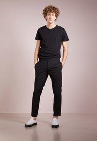 Filippa K - Basic T-shirt - black - 1
