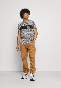 Brave Soul - GECKO - Print T-shirt - grey/ jet black/optic white - 1