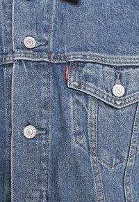 Levi's® - WELLTHREAD TRUCKER - Spijkerjas - med indigo - 6