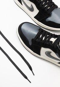 Jordan - AIR 1 MID SE - Höga sneakers - black/smoke grey/sail - 5