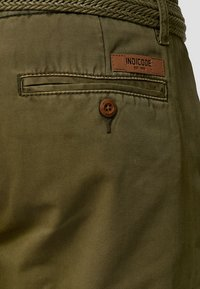 INDICODE JEANS - CASUAL FIT - Shorts - grün army - 4