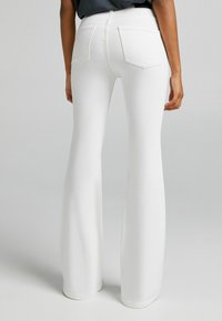 Bershka - FIVE-POCKET-DESIGN  - Jeans bootcut - white - 2