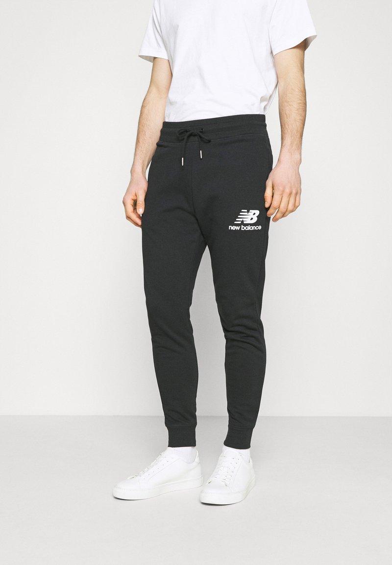 New Balance - ESSENTIAL STACK LOGO  - Spodnie treningowe - black