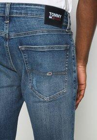 Tommy Jeans - SCANTON SLIM - Slim fit -farkut - dynamic chester mid blue - 4