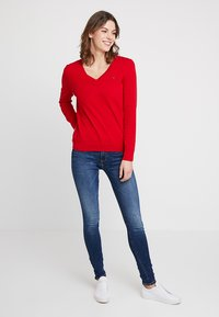 Tommy Hilfiger - HERITAGE V NECK  - Sweter - apple red - 1