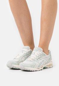 ASICS SportStyle - GEL KAYANO  - Sneakers basse - cream/lichen rock - 3