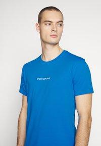 Calvin Klein Jeans - INSTIT CHEST TEE - Print T-shirt - coastal blue - 5