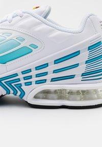 Nike Sportswear - AIR MAX PLUS III - Tenisky - white/black/laser blue/enigma stone/glacier ice - 5