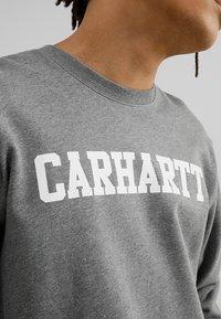 Carhartt WIP - COLLEGE - Sweatshirt - dark grey heather/white - 5