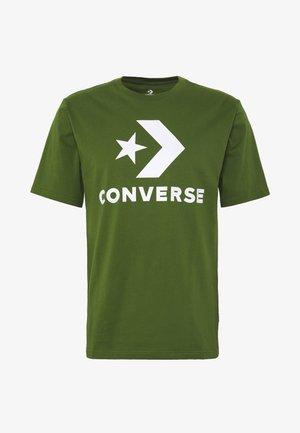 STAR CHEVRON TEE - T-shirt z nadrukiem - cypress green