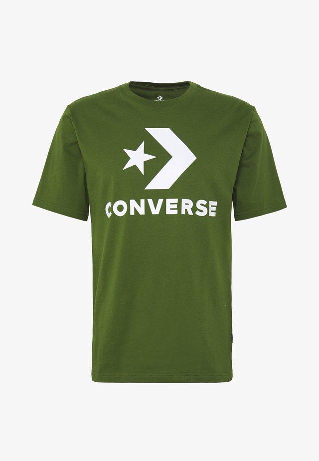 STAR CHEVRON TEE - Print T-shirt - cypress green