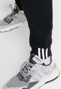 adidas Originals - REVEAL YOUR VOICE - Pantalones deportivos - black - 3