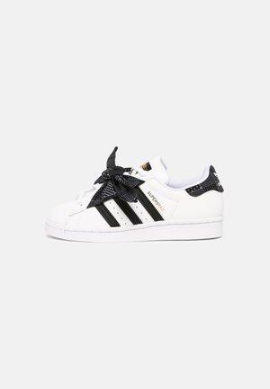 SUPERSTAR UNISEX - Sneakersy niskie - white/core black/gold
