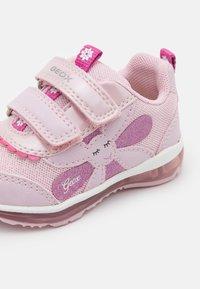 Geox - TODO GIRL - Tenisky - pink - 5