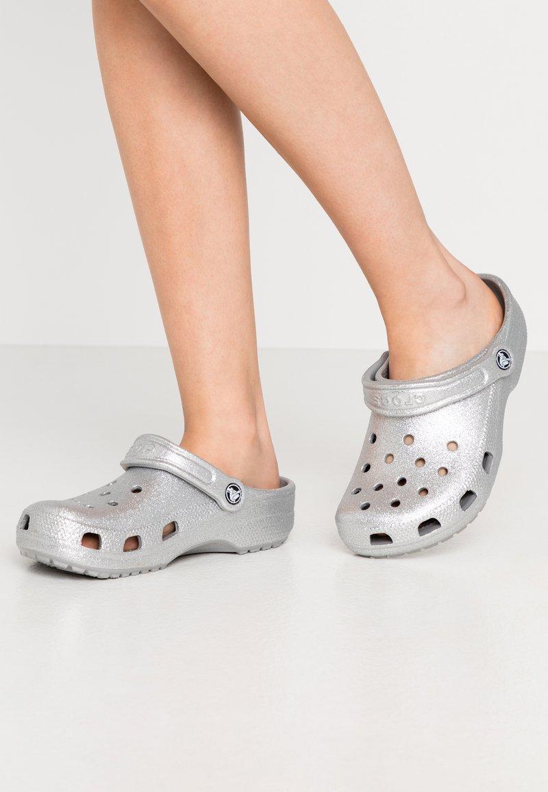Crocs - CLASSIC GLITTER  - Pantofle - silver