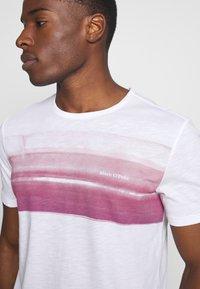 Marc O'Polo - Print T-shirt - white/baroque rose - 5