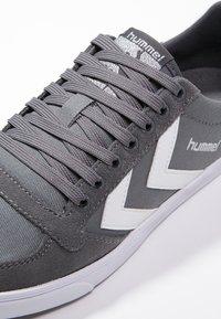 Hummel - SLIMMER STADIL - Sneakers laag - castle rock/white - 5
