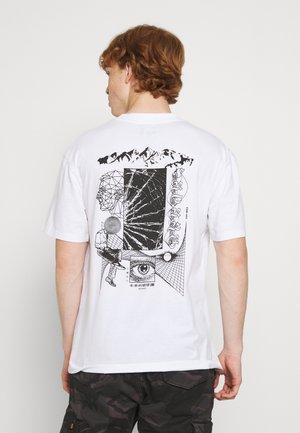 SUTURE UNISEX - T-shirt z nadrukiem - white