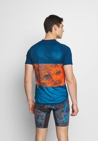 ION - TEE HALF ZIP TRAZE - Print T-shirt - riot orange - 2