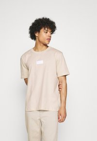 adidas Originals - BADGE UNISEX - Basic T-shirt - halo ivory - 0