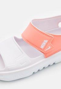 Nike Performance - PLAYSCAPE UNISEX - Sandály do bazénu - crimson bliss/light violet/white - 5