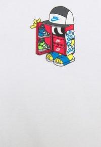 Nike Sportswear - TEE SHOEBOX - T-shirt med print - white - 2