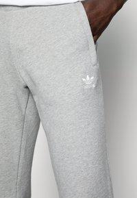 adidas Originals - TREFOIL PANT UNISEX - Pantalon de survêtement - mottled grey - 4