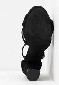 KARL LAGERFELD - SOIREE LOVE CROSS SANDAL - Korolliset sandaalit - black - 6