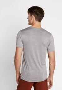 Nike Performance - TECHKNIT ULTRA - T-shirt imprimé - gunsmoke/atmosphere grey/silver - 2